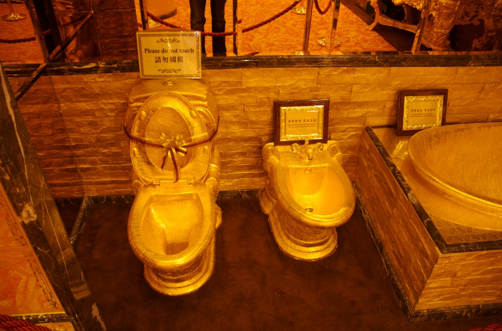 toilet made of gold. Bathroom Made of Gold 15 Of The Coolest Toilets From Around World