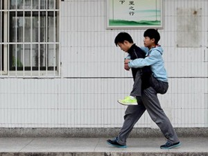 Carrying his best friend zhang to school everyday
