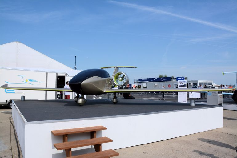 "Airbus displayed a full scale mock up of the upcoming all-electric <a href=""http://www.gizmag.com/airbus-e-fan-2-paris-air-show-2015/38068/"">E-Fan 2.0</a> pilot trainer at the Paris Air Show"
