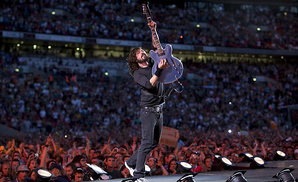 Foo Fighters Dave Grohl Performs With A Broken Leg Wow Amazing