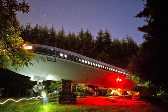 Man-Lives-In-A-Boeing-727-In-The-Middle-Of-The-Woods-14
