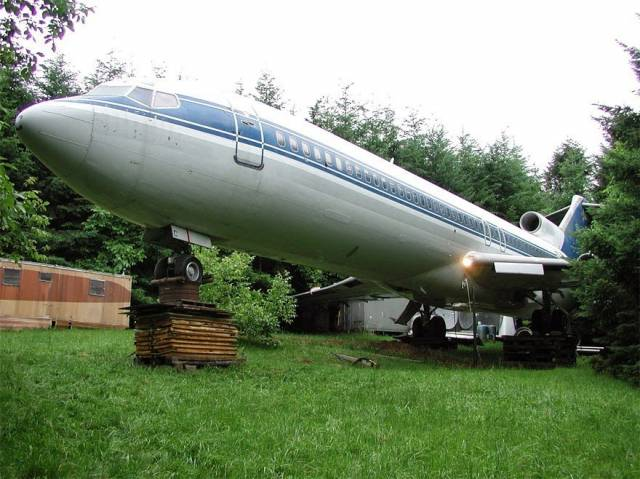 Man-Lives-In-A-Boeing-727-In-The-Middle-Of-The-Woods