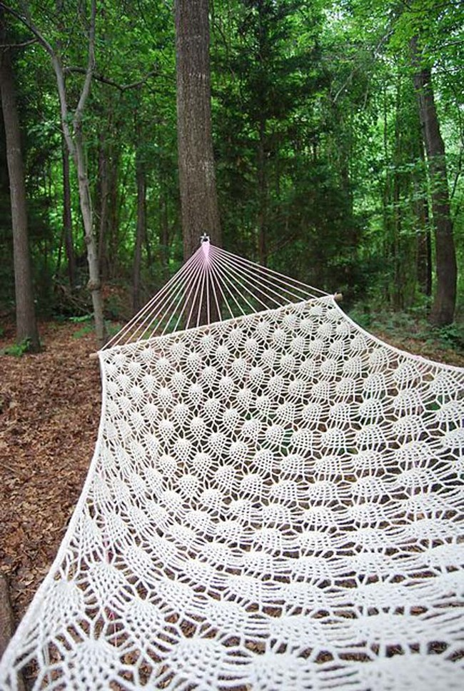 "Do you know how to crochet? Then whip up a detailed hammock with <a href=""http://www.ravelry.com/projects/min0u/pineapple-hammock"" target=""_blank"">this pattern</a>."