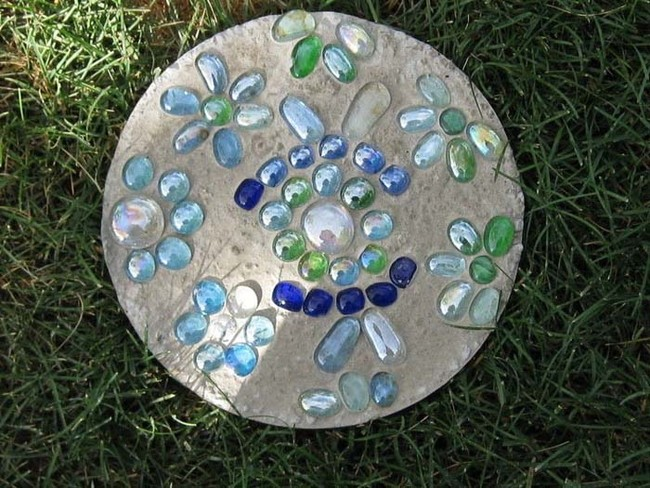 "It couldn't be easier to <a href=""http://www.cutoutandkeep.net/projects/stepping_stones"" target=""_blank"">make stepping stones</a> for your yard."
