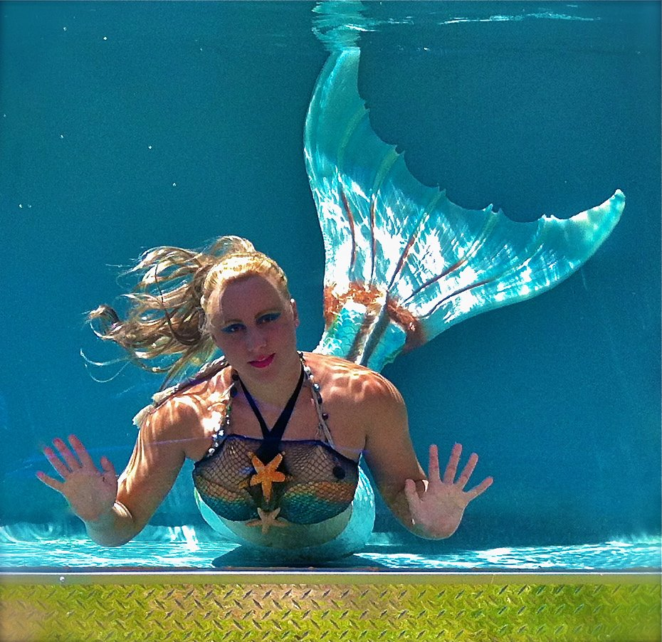 Amazing Com: This Mermaid Girl Lives Under The Sea And Can Hold Her