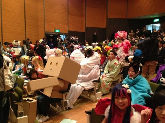 http://www.poppaganda.net/wp-content/uploads/2014/03/japanese_college_cosplay_graduation_ceremony_01.jpg