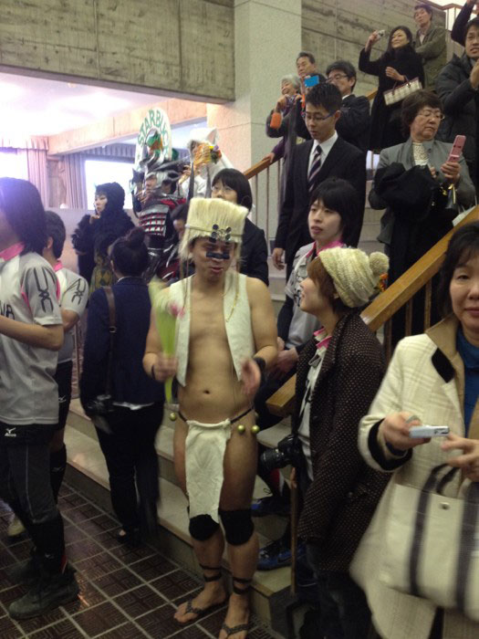 https://twistedsifter.files.wordpress.com/2014/03/kanazawa-college-of-art-in-japan-lets-students-wear-costumes-to-graduation-10.jpg?w=525&h=700
