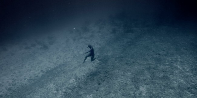 He Dives To The Bottom Of The World's Deepest Salt Water Blue Hole, And It's Terrifying