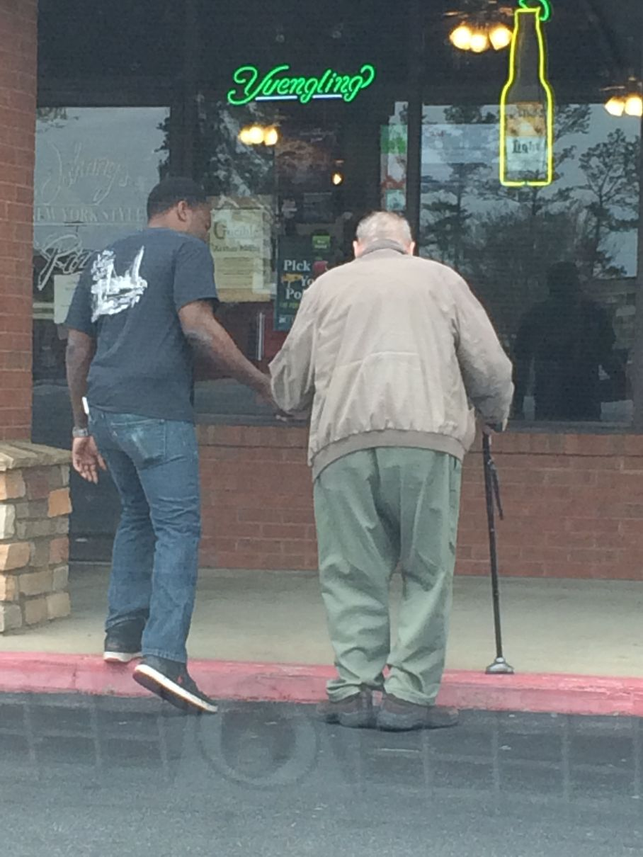 Stranger captures heartwarming act of kindness by restaurant worker
