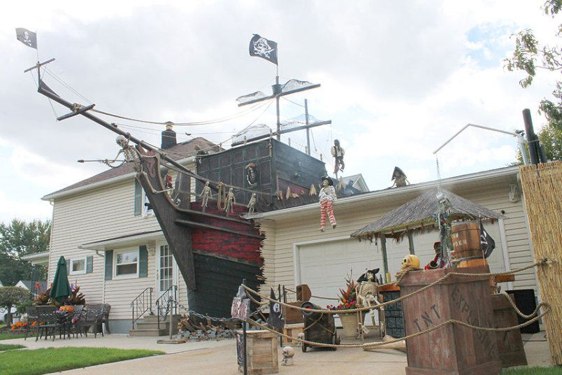 Pirate-Ship-Halloween-Decor