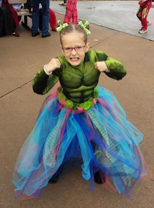 This little girl who's ~smashing~ gender stereotypes as Hulk