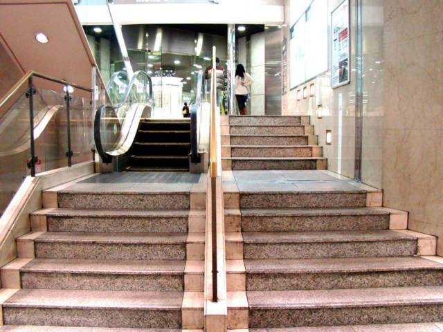 worlds-shortest-escalator-kawasaki-japan-mores-department-store