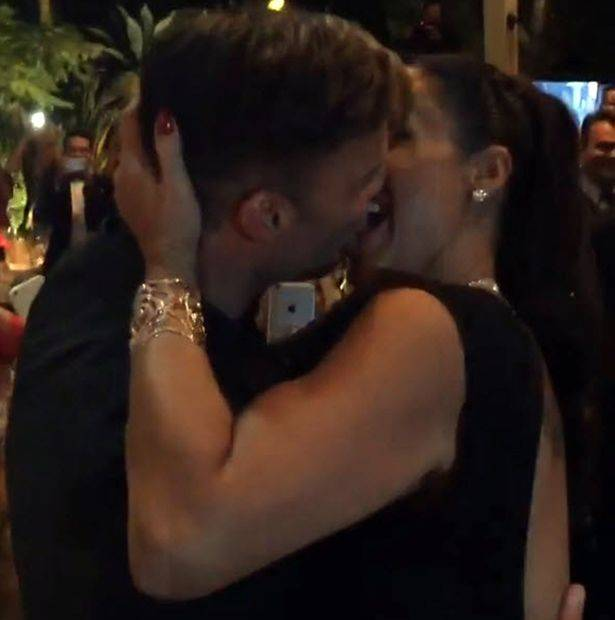 PAY-Ricky-Martin-kissing-Ana-Paola-Diniz